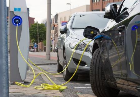 エンスヘーデ, オランダ - 彼らは発電所、2013 年 9 月 8 日、オランダで充電しているときに 9 月 8 日 2 つの電気自動車は、町の中心部での駐車場に駐