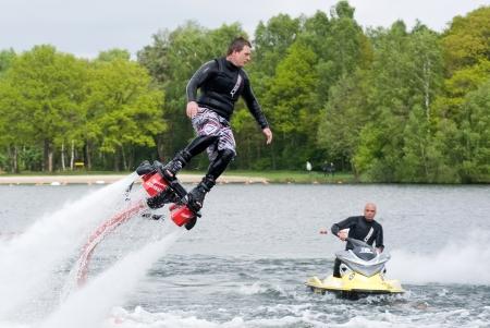 男のバランスを維持する方法をショーを与えているし、あなたが 2013 年 5 月 12 日、オランダで flyboarding と呼ばれる新感覚で行うことができますを示