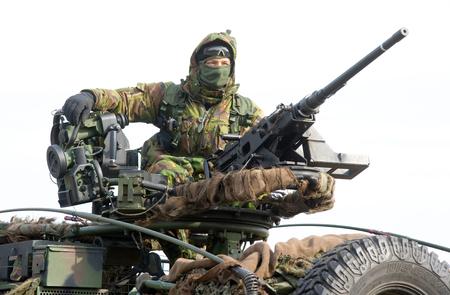 batallón: Geesteren, PAÍSES BAJOS - 23 de marzo, un soldado camuflado detrás de un arma automática en un camión durante un entrenamiento de las fuerzas especiales en un día frío, 23 de marzo de 2013, de los Países Bajos