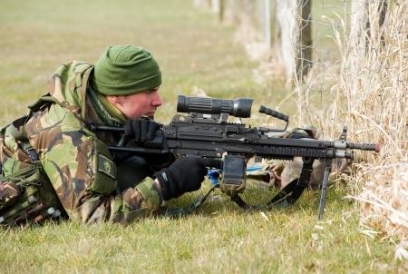 batallón: Geesteren, PAÍSES BAJOS - 23 de marzo, un soldado camuflado está apuntando su arma automática durante el entrenamiento de las fuerzas especiales en un día frío, 23 de marzo de 2013, de los Países Bajos
