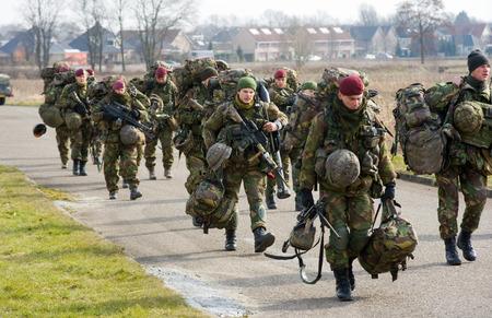 batallón: Geesteren, PAÍSES BAJOS - 23 de marzo Un batallón de soldados con su paquete durante un entrenamiento de las fuerzas especiales del ejército holandés en un día frío, 23 de marzo de 2013, de los Países Bajos