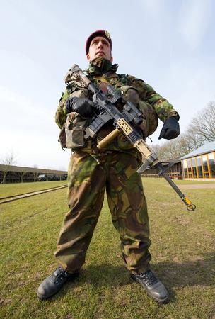 batallón: Geesteren, PAÍSES BAJOS - 23 de marzo, un soldado camuflado con su arma automática está listo para un entrenamiento de las fuerzas especiales en un día frío, 23 de marzo de 2013, de los Países Bajos