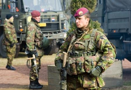 batallón: Geesteren, PAÍSES BAJOS - 23 de marzo de tres soldados camuflados durante un entrenamiento de las fuerzas especiales del ejército holandés en un día frío, 23 de marzo de 2013, de los Países Bajos