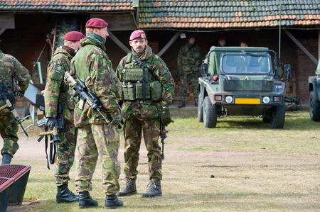 batallón: Geesteren, Holanda - el 23 de marzo Oficiales de las fuerzas especiales holandesas están discutiendo la estrategia durante un entrenamiento del ejército holandés en un día frío, 23 de marzo de 2013, de los Países Bajos Editorial