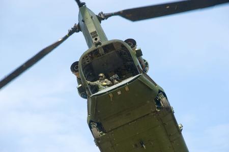 chinook: GEESTEREN, PAESI BASSI - 25 MARZO Un elicottero Chinook sta decollando dopo hanno abbandonato soldati durante un corso di formazione di forze speciali in una giornata fredda, mar 25, 2013 in Olanda Editoriali