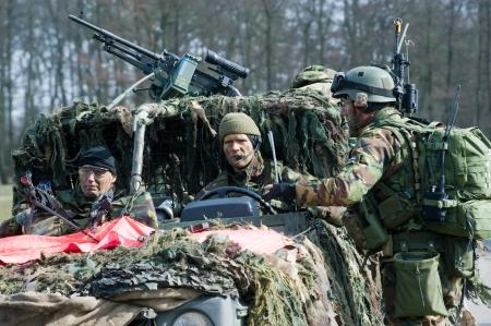 batallón: Geesteren, PAÍSES BAJOS - 25 de marzo, tres soldados camuflados están esperando instrucciones durante un entrenamiento de las fuerzas especiales del ejército holandés en un día frío, 25 de marzo de 2013, de los Países Bajos Editorial