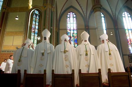 ヘンゲロー、オランダ - 1 月 15 日 5 司教は、ローマ カトリック教会のミサの間に立っています。