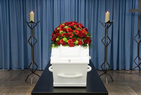 trumna: Trumna z układania kwiatów w kostnicy i świecę przed
