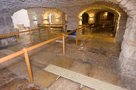 cisterna: JERUSALÉN, ISRAEL - 07 de octubre 2014: El pavimento Lithostrotos en la Vía Dolorosa en la ciudad vieja de Jerusalén está acusado de ser el lugar donde Pilato llevó a Jesús a comparecer ante el pueblo