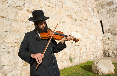 JERUSALEM, ISRAEL - OCT 07, 2014: A jewish fiddler is playing violin on the street near Jaffa gate in Jerusalem Publikacyjne