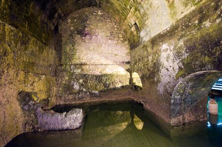 cisterna: JERUSAL�N, ISRAEL - 07 de octubre 2014: El Struthion piscina es una gran cisterna cuboide subterr�neo bajo el Convento de las Hermanas de Si�n, en la Ciudad Vieja de Jerusal�n Editorial