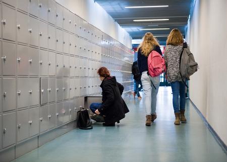 エンスヘーデ, オランダ - 2015 年 2 月 2 日: 学生は高校のロッカーと廊下を歩いています。 報道画像