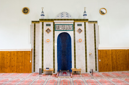coran: ENSCHEDE, THE NETHERLANDS - 08 FEBRUARI, 2015: The mihrab in a small mosque in the Netherlands Editorial