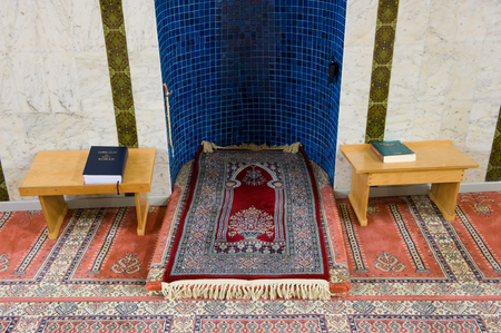 coran: ENSCHEDE, THE NETHERLANDS - 08 FEBRUARI, 2015: The place of prayer in front of the mihrab in a small mosque in the Netherlands Editorial