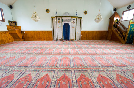 coran: ENSCHEDE, THE NETHERLANDS - 08 FEBRUARI, 2015: Interior of a small mosque in the Netherlands Editorial