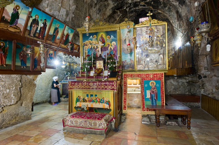 vierge marie: J�rusalem, Isra�l - 9 octobre 2014: L'entr�e de la tombe de la Vierge Marie, la m�re de J�sus au pied du Mont des Oliviers � J�rusalem �ditoriale