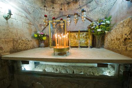vierge marie: J�rusalem, Isra�l - 9 octobre 2014: Le sarcophage de la Tombe de la Vierge Marie, la m�re de J�sus peut �tre vu � travers une vitre