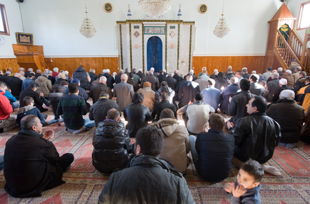 coran: ENSCHEDE, THE NETHERLANDS - FEB 13, 2015: Muslims have gathered for the friday afternoon prayer in a mosque in the Netherlands