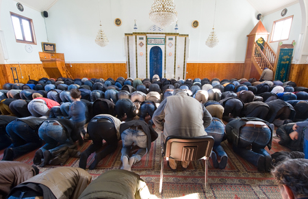 coran: ENSCHEDE, THE NETHERLANDS - FEB 13, 2015: Muslims are bowing and kneeling during the friday afternoon prayer in a mosque in the Netherlands Editorial