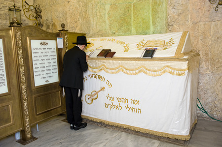 israelite: JERUSALEM, ISRAEL - 08 OCTOBER, 2014: An orthodox jewish man is praying at The tomb of King David on Mount Zion in Jerusalem Editorial
