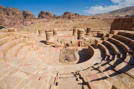 teatro antiguo: Pequeño teatro romano en el Gran Templo de Petra en Jordania