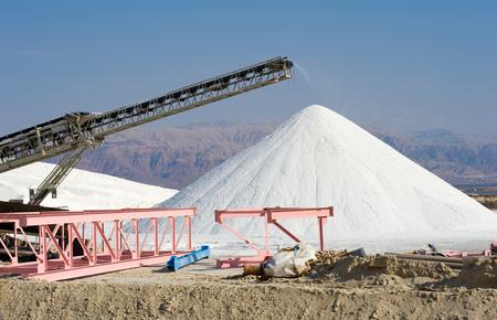 industria quimica: Las obras del Mar Muerto están produciendo productos de potasa, cloruro de magnesio, sales industial, descongelantes, sales de baño, sal de mesa, y las materias primas para la industria cosmética. Foto de archivo