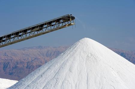 sal: Las obras del Mar Muerto est�n produciendo productos de potasa, cloruro de magnesio, sales industial, descongelantes, sales de ba�o, sal de mesa, y las materias primas para la industria cosm�tica. Foto de archivo