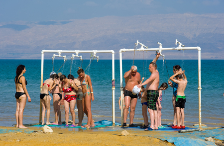 personas tomando agua: Mar Muerto, Israel - 13 de octubre 2014: La gente est� tomando una ducha despu�s de que flotaban en el agua del mar muerto en Israel