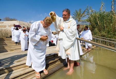 bautismo: Jeric�, ISRAEL - 15 de octubre 2014: Una mujer cristiana est� siendo bautizado por el agua durante un ritual del bautismo en Qasr el Yahud cerca de Jeric� en el r�o Jord�n