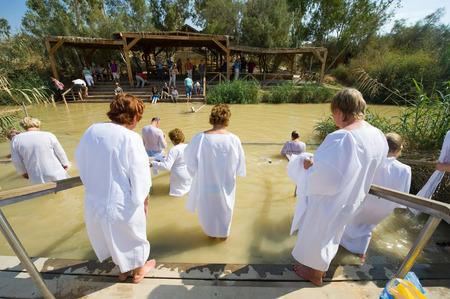 bautismo: Jeric�, ISRAEL - 15 de octubre 2014: los cristianos Religiosas con ropa blanca de entrar en el agua del r�o Jord�n en el sitio bautismal Qasr el Yahud cerca de Jeric�