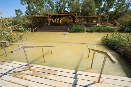 bautismo: Sitio bautismal Qasr el Yahud en el r�o Jord�n, cerca de Jeric� es de acuerdo a la Biblia el lugar donde Jesucristo est� siendo bautizado por Juan el Bautista Editorial