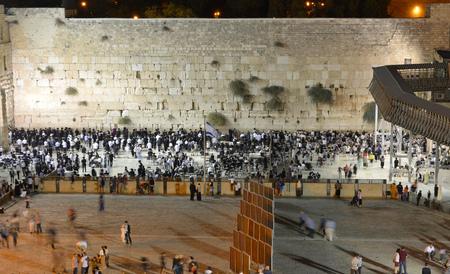 伝統: ユダヤ人がエルサレムの旧市街の西側の壁の前で祈っているエルサレム, イスラエル - 2014 年 10 月 9 日。