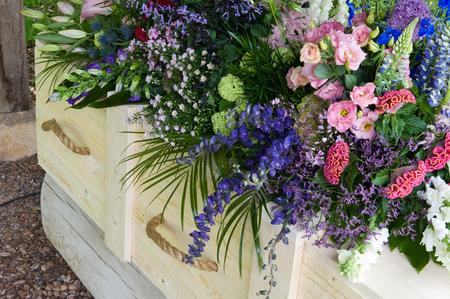 to pass away: A coffin with a flower arrangement