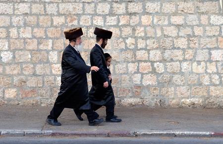 エルサレム, イスラエル - 2014 年 10 月 9 日: 2 つのユダヤ人の男性と数日仮庵の祭りの前に通りを歩いて子や、
