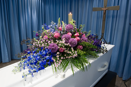 A coffin with a flower arrangement in a morgue Banco de Imagens - 40879345