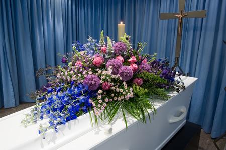 arreglo floral: Un ataúd con un arreglo de flores en una morgue Foto de archivo