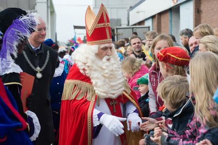 ENSCHEDE, NEDERLAND - 14 november 2015: De Nederlandse Kerstman genaamd 'Sinterklaas' is het begroeten van de kinderen, nadat hij is aangekomen op een boot in een Nederlandse haven