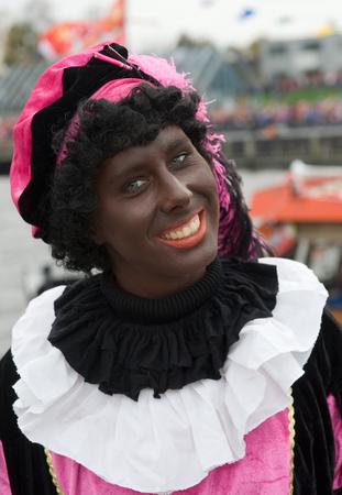 ENSCHEDE, NEDERLAND - 14 november 2015: Zwarte Piet is de helpende hand van de Nederlandse Sinterklaas