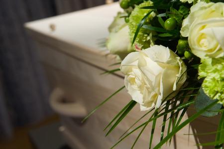 安置所でフラワーアレンジメントの棺 写真素材