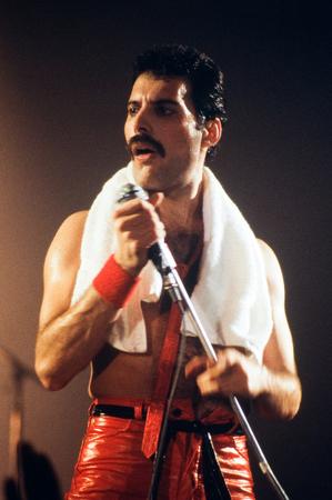 라이덴, 네덜란드 - 1987 년 11 월 27 일 : 프레덴 머큐리 가수 영국의 라이덴에서 Groenoordhallen에서 콘서트 도중 영국의 밴드