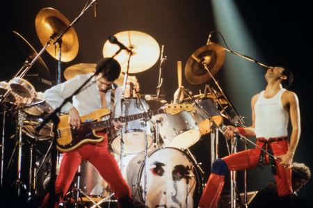 라이덴, 네덜란드 - 1987 년 11 월 27 일 : 네덜란드 Leiden Groenoordhallen에서 콘서트 중 여왕