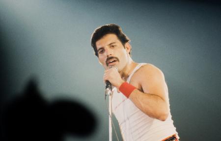 LEIDEN, PAYS-BAS - 27 novembre 1980: Freddy Mercury chanteur du britannique Queen bande lors d'un concert dans le Groenoordhallen à Leiden aux Pays-Bas Éditoriale