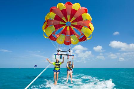 老夫婦はパラセー リング フロリダのキーウェストの近くのボートに引かれたロープで、キーウェスト、フロリダ州、アメリカ合衆国 - 2016 年 5 月 2  報道画像