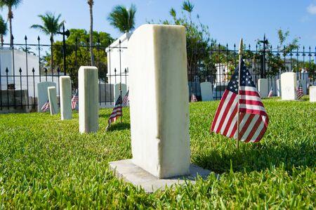 banderas america: Key West, Florida, EE.UU. - mayo 02, 2016: banderas americanas en tumbas en la sección conmemorativa de Maine del acorazado en el cementerio de Key West. Editorial