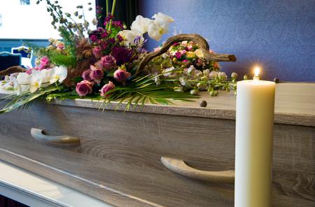 arreglo floral: Un ataúd con arreglo floral en un depósito de cadáveres