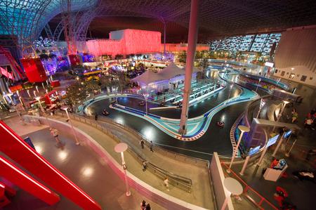Abu Dhabi, Verenigde Arabische Emiraten - 03 Jan, 2018: interieur van indoor pretpark Ferrari World. Het is het eerste themapark met het Ferrari-merk en is het toonaangevende themapark van het Midden-Oosten. Redactioneel
