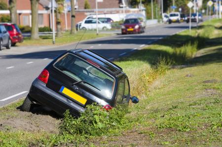Een auto was in een greppel gereden