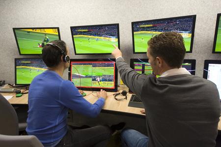ZEIST, PAÍSES BAJOS - 30 DE NOVIEMBRE DE 2018: El árbitro del VAR Bas Nijhuis (izquierda) y su operador Mike van der Roest (derecha) trabajando en el centro del VAR en la sede de la asociación de fútbol holandesa.