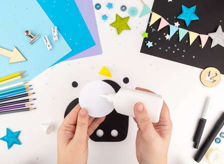 Step-by-step instruction of making a penguin out of paper with children. Archivio Fotografico