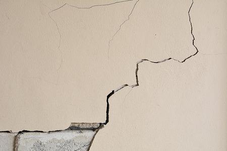 Las paredes se agrietan casa, pared de cemento se ha roto. Antecedentes y textura